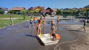 IMG 20210729 100309 1 300x169 - Slončki, Tigrčki in Levčki uživajo v igrah z vodo